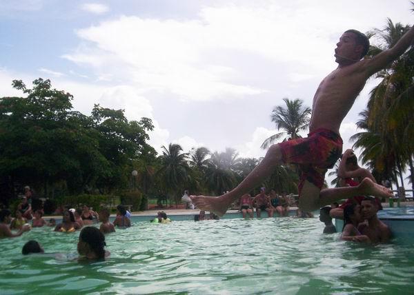 Un salto espectacular para tomar un refrescarse baño en la piscina. Foto Abel Rojas