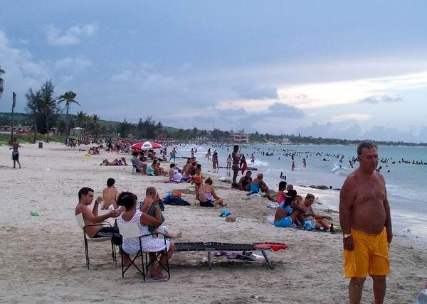 Nuestro clima tropical posibilita que cada verano las personas puedan disfrutar de un refrescante baño. Foto Abel Rojas