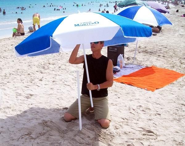 Los bañistas utilizan la sombrilla de playa para protegerse del sol. Foto Abel Rojas
