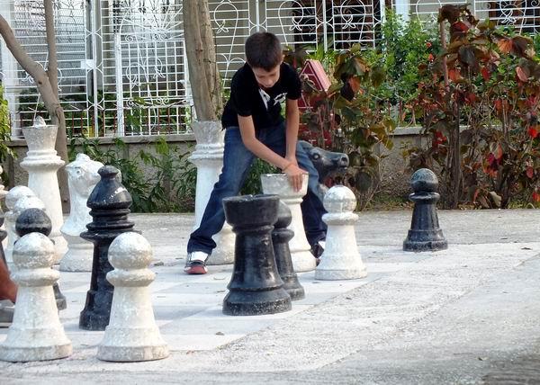 La Plaza 4 de Abril, de la ciudad de Holguín, se distingue por poseer un juego de ajedrez de gran escala; para los grandes amantes de este deporte. Foto Abel Rojas Barallobre
