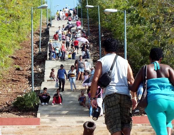 Una tradición que distingue a la urbe holguinera es ascender la montaña Loma de la Cruz a través de su escalera que cuenta con más de 400 peldaños. Foto Abel Rojas Barallobre