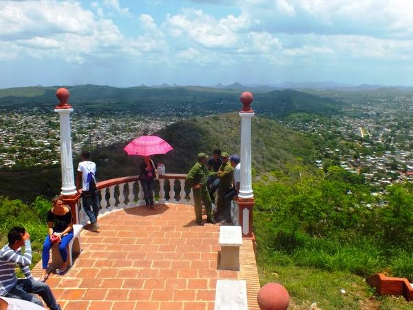 Desde la cima de la montaña Loma de la Cruz es posible admirar la ciudad de Holguí-n y el paisaje que ofrece la pequeña elevación de aproximadamente 260 metros. Foto Abel Rojas Barallobre
