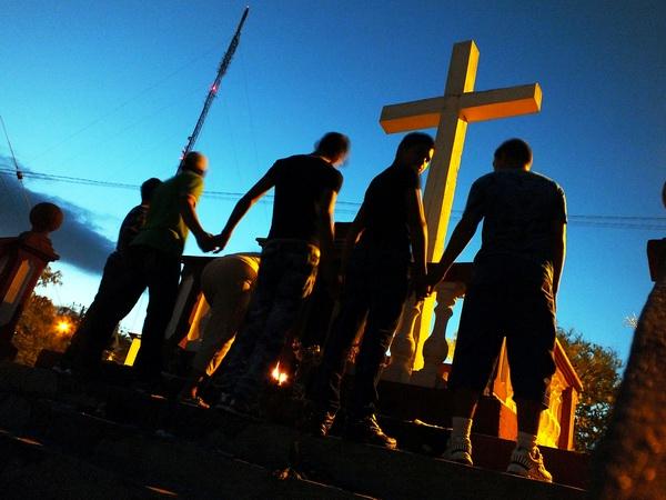 La Loma de la Cruz toma su nombre de una cruz de madera que existe en su cima, símbolo protector para muchos y depósito de promesas para otros. La primera cruz se colocó en 1790, y fue subida por el fraile Francisco Antonio de Alegría, prior de la comunidad franciscana de Holguín. Foto Abel Rojas Barallobre