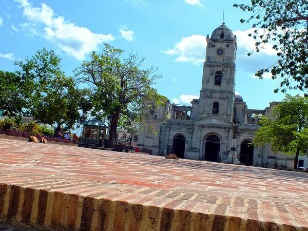 En 1819 se inauguró la Iglesia San José. Este templo tuvo origen en una pequeña ermita levantada en 1803 por los Padres Franciscano de Holguín y adquiere su forma actual en 1842, cuando se le construyó una hermosa torre, y se instaló en la mismo el primer reloj público en Holguín. Foto Abel Rojas Barallobre