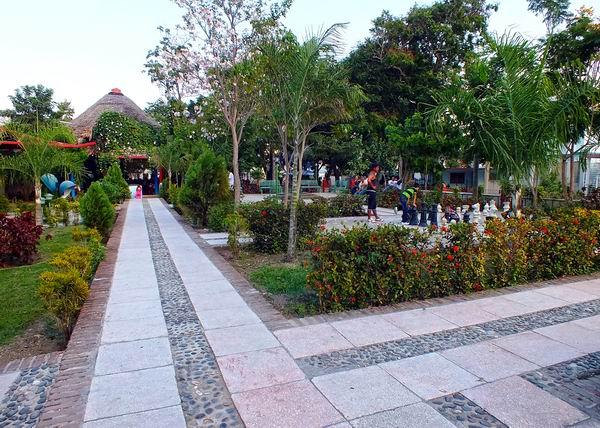 La Plaza 4 de Abril destaca entre uno de los lugares más hermosos de la ciudad de Holguín; ideal para el esparcimiento de todo aquel que lo visite. Foto Abel Rojas Barallobre