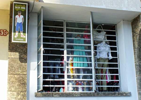 Ropas y calzados, también son algunos de los artículos que muchos cuentapropistas cubanos ofrecen al público. Foto Abel Rojas Barallobre