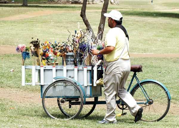 El vendedor ambulante, otra de las formas de trabajo particular. Foto Abel Rojas Barallobre