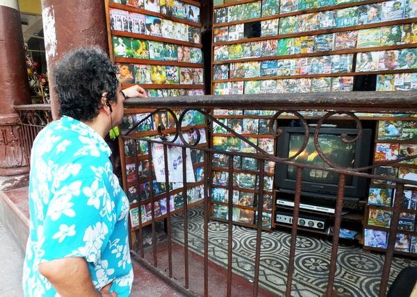 La venta de discos es una de las labores más frecuentes en las calles cubanas. Foto Abel Rojas Barallobre