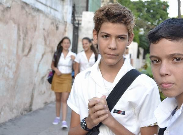 ¡Con mochila al hombro, y para la escuela! Foto Abel Rojas Barallobre