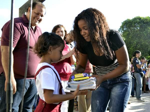 Los estudiantes recibieron con entusiasmo a sus profesores y sus respectivos materiales de estudio. Foto Abel Rojas Barallobre