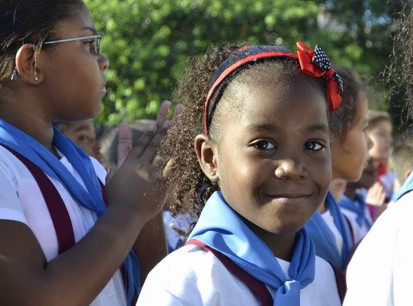 Con mochila al hombro, libretas y lápices a mano, y un uso correcto del uniforme, los estudiantes recibieron con alegría este nuevo período docente. Foto Abel Rojas Barallobre