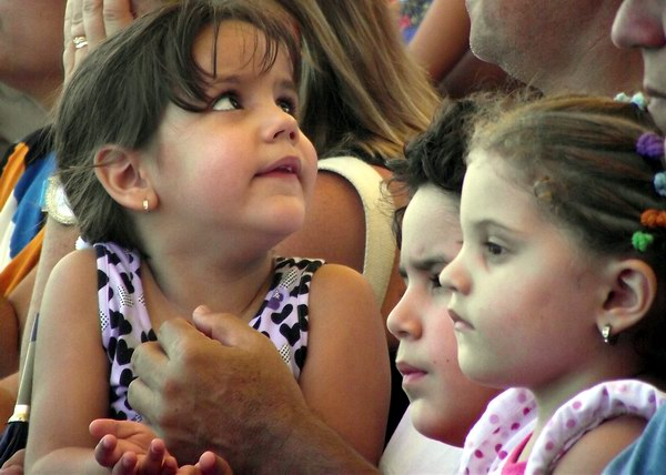 En Cuba los niños, entre sonrisas y miradas, se divierten en esta etapa veraniega gracias a incontables opciones culturales, deportivas, didácticas y recreativas. Foto Abel Rojas Barallobre.