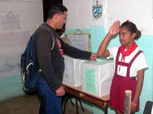 Los electores ejercen su derecho al voto desde bien temprano en el reparto La Fortuna. Foto Abel Rojas