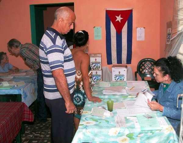 Electores se inscriben para ejercer su derecho al voto en el reparto La Esperanza