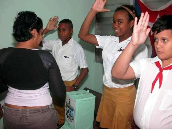 Los electores de Cayo Hueso votan por los delegados al Parlamento cubano y a la Asamblea Provincial. Foto Abel Rojas