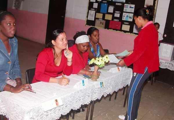 En La Fortuna, los colegios electorales aún se mantienen en funcionamiento. Foto Abel Rojas
