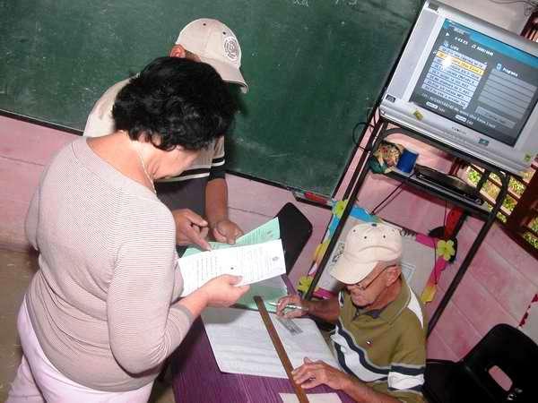 Los electores estudian la boleta en el reparto La Fortuna, Boyeros. Foto Abel Rojas