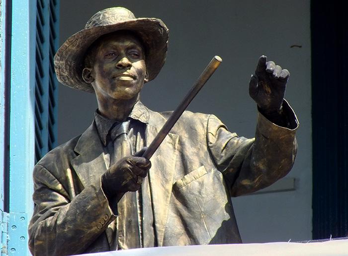 Benny Moré, más conocido como El Bárbaro del ritmo, es representado por un actor en la provincia de Holguín. Foto: Abel Rojas Barallobre
