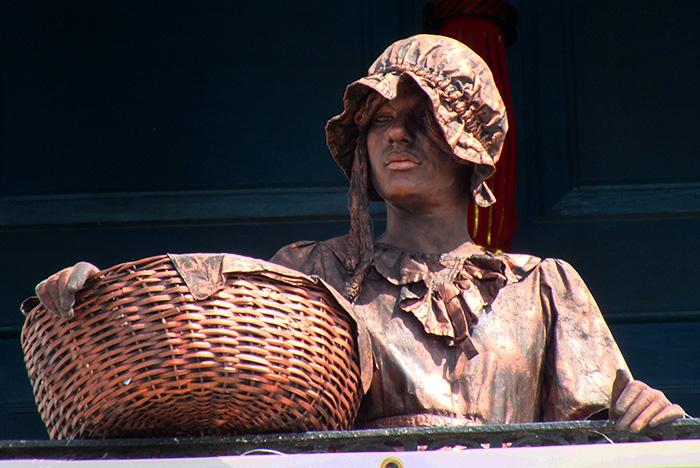 Estatua viviente en la provincia de Holguín. Foto: Abel Rojas Barallobre