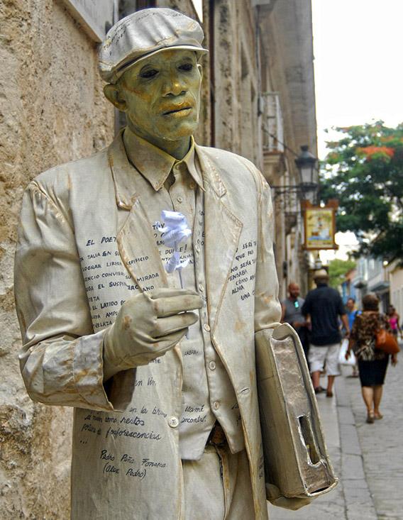 Estatua viviente en una de las calles de la Habana Vieja. Foto: Abel Rojas Barallobre