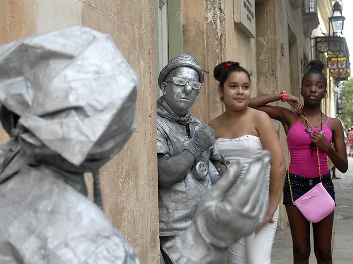 Dos estatuas vivientes en una de las calles de la Habana Vieja. Foto: Abel Rojas Barallobre