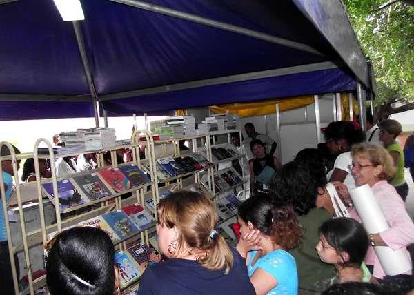 Los lectores apreciaron durante la Feria del Libro gran variedad de géneros literarios. Foto Abel Rojas