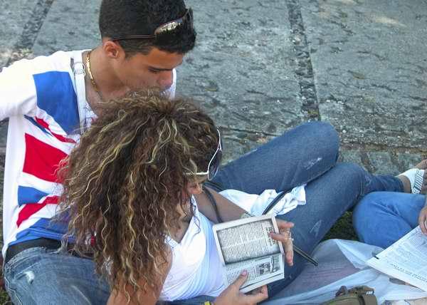 Lectores jóvenes se deleitan de una interesante lectura. Foto Abel Rojas