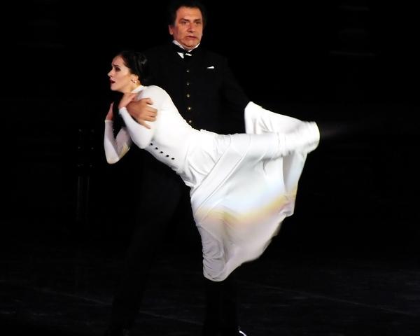 En escena, casi treinta bailarines rusos manifestaron con precisión dramática los sufrimientos amorosos de Anna, su esposo Karenin y el amante de ella: Vronsky. Foto Abel Rojas