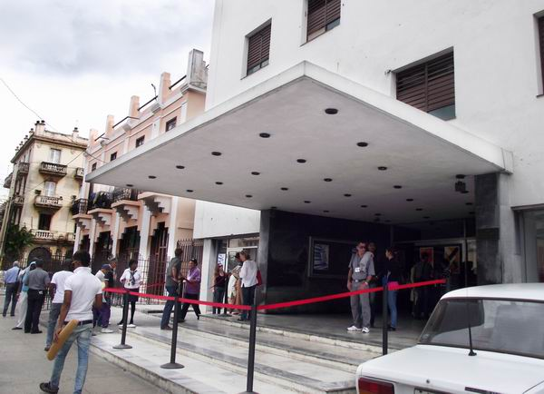 El cine Chaplin enclavado muy cerca de la popular esquina de 23 y 12 es sede del Festival Internacional del Nuevo Cine Latinoamericano. Foto Abel Rojas