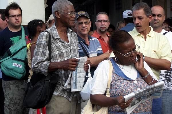 Cinéfilos cubanos disfrutan de la cartelera de esta 34 edición del Festival del Nuevo Cine Latinoamericano. Foto Abel Rojas