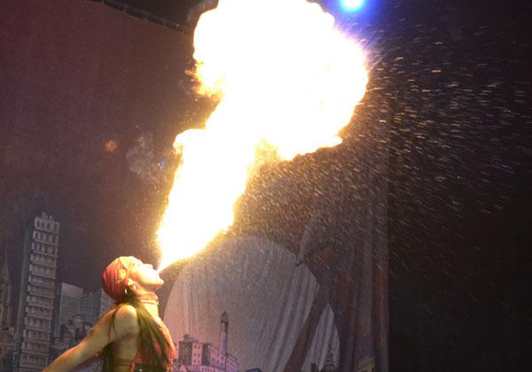 Existen personas que en el escenario circense se han especializado en escupir fuego; un juego que, si carece de conocimientos básicos, puede tornarse muy peligroso. Foto Abel Rojas