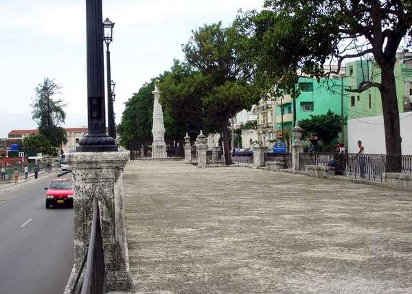 Alameda de Paula (1772): ubicada en Oficios entre Acosta y Paula. Considerada uno de los primeros paseos de La Habana, formó parte de las mejoras urbanas introducida por el Marqués de la Torre durante su período de gobierno. Foto Abel Rojas
