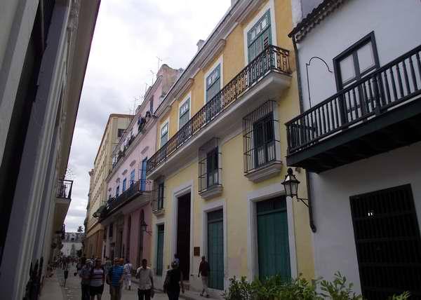 Casa de los Árabes: Es fácil encontrarla en la calle Oficios. Es actualmente un museo y un restaurante; pero desde 1689 hasta 1774 fue el Colegio de San Ambrosio.  Foto Abel Rojas