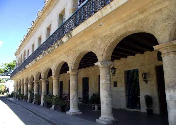Casa del Conde de Santovenia (1784): ubicada en la Plaza de Armas, es en la actualidad uno de los hoteles más bellos y acogedor de la capital cubana: El Santa Isabel. Foto Abel Rojas