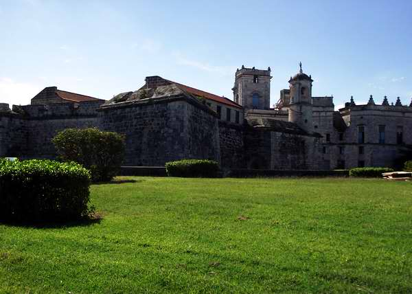 Castillo de la Real Fuerza (1558): En su torre-campanario se erige el símbolo de la ciudad: La Giraldilla; considerada la obra escultórica más antigua de Cuba, realizada por el artista habanero Jerónimo Martín Pinzón.  Foto Abel Rojas