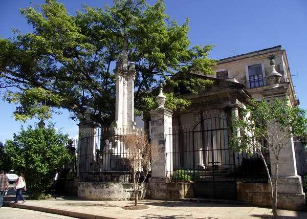El Templete (1828): ubicado en la Plaza de Armas, señala el sitio en el que se celebraron la primera misa y el primer cabildo de la naciente Villa San Cristóbal de La Habana (1519).  En esta obra monumental se encuentra la ceiba, que marca el lugar exacto de estos hechos conmemorativos. Según la leyenda, girar alrededor de este árbol, tocarlo y abrazarlo atrae la prosperidad. Foto Abel Rojas
