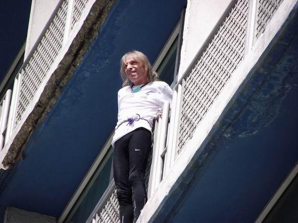 Este pequeño y delgado hombre, Alain Robert, logró ascender los 27 pisos. Foto Abel Rojas