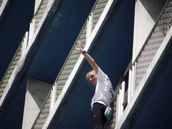 Alain Robert declaró que el reto para él estaba en ascender un hotel tantas veces visitado por Fidel Castro. Foto Abel Rojas