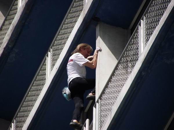 Alain Robert, el Hombre Araña escaló los 27 pisos del hotel Habana Libre, Cuba. Foto Abel Rojas