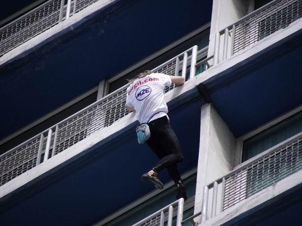 El francés Alain Robert conquista el Habana Libre. Foto Abel Rojas