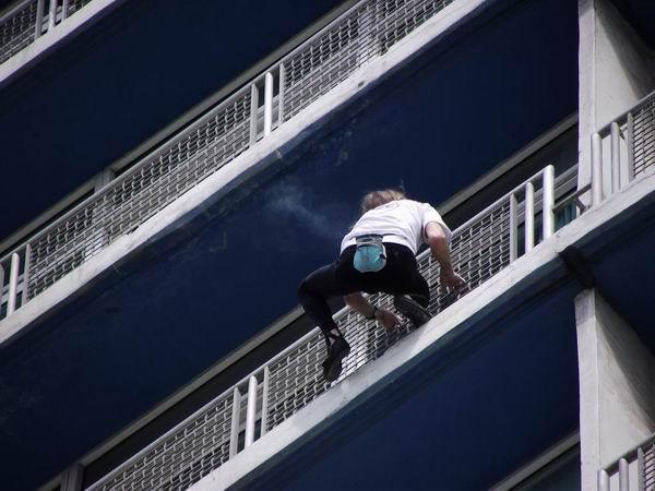 El francés Alain Robert escala el Habana Libre. Foto Abel Rojas