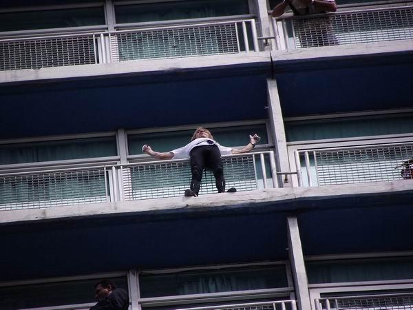 Spiderman francés conquista el Habana Libre. Foto Abel Rojas