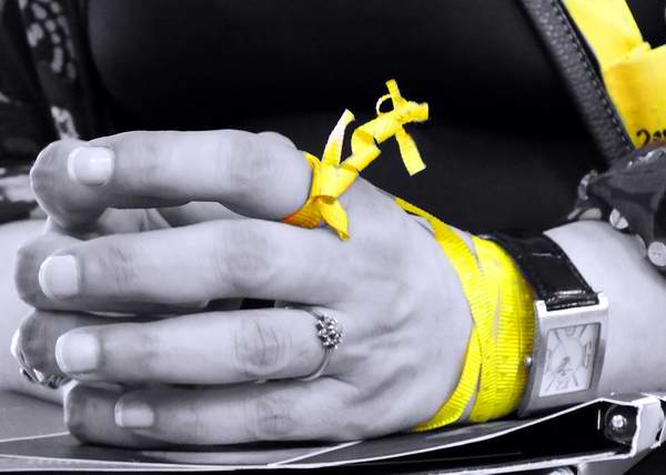 Cintas amarillas por el regreso de los Cinco Héroes. Foto Abel Rojas.