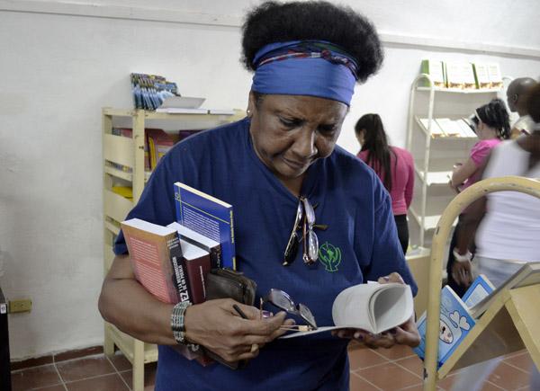El lector cubano siente la necesidad de disfrutar de una buena lectura. Foto: Abel Rojas Barallobre