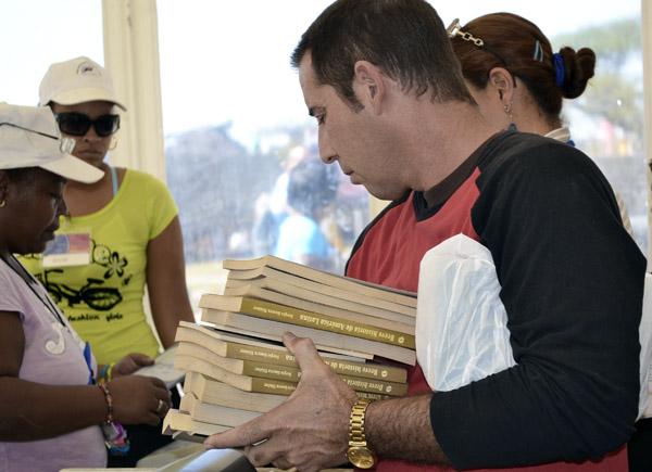 Hábito de buena lectura en la Feria Internacional del Libro. Foto: Abel Rojas Barallobre