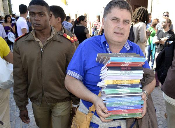 Muy común es, por estos días de feria literaria, ver cientos de personas con las manos llenas de libros. Foto: Abel Rojas Barallobre