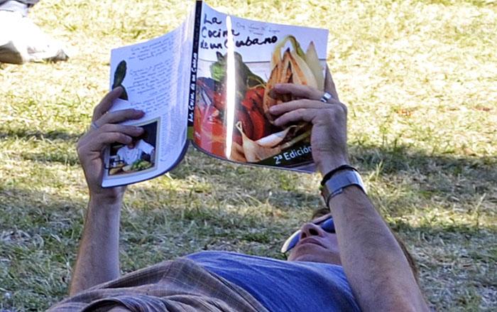 A pesar de los avances tecnológicos, es preciso darle importancia a los libros como una potente herramienta educativa y de esparcimiento. Foto: Abel Rojas Barallobre