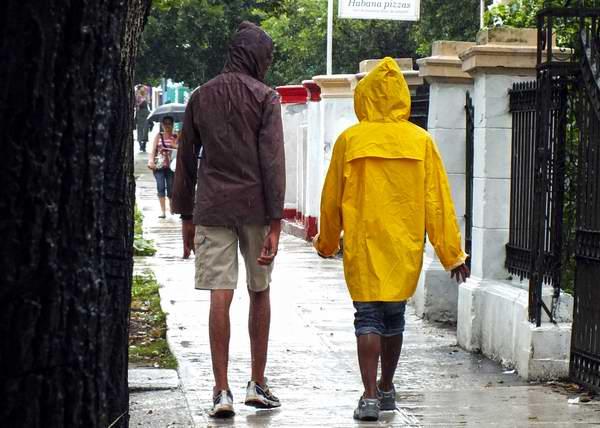 Las capas son medios muy útiles para protegerse de la lluvia. Foto Abel Rojas