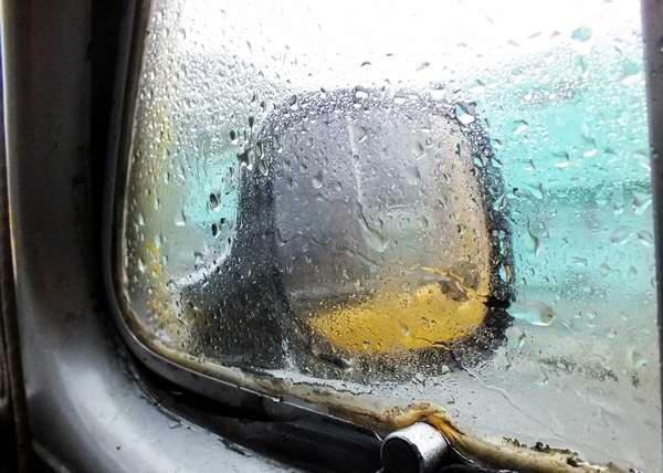 La intensa lluvia dificulta la visibilidad de los choferes. Foto Abel Rojas