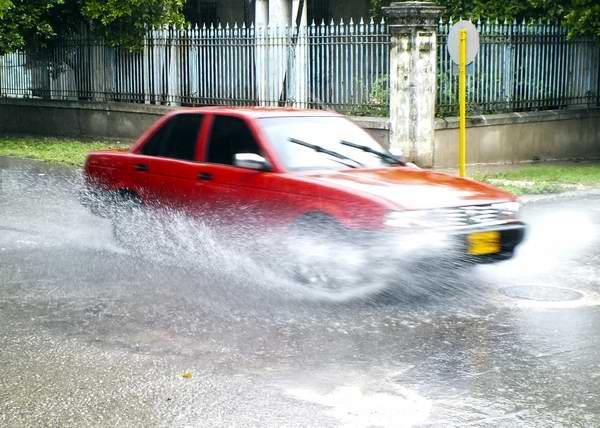 Las intensas lluvias dificultan el tránsito de los vehículos. Foto Abel Rojas
